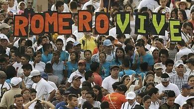 Romero beato, Papa: 'Costruttore di pace'  Folla in piazza per il 'santo d'America'  foto