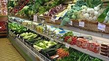 """Cibo sprecato in Francia Governo ai supermercati: """"Bisogna darlo ai poveri"""""""
