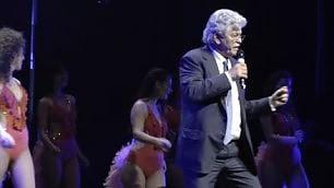 """Razzi cantante, si esibisce su palco """"So' senatore, famme magna'..."""""""