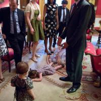 Bimba fa i capricci alla Casa Bianca: la foto con Obama è virale