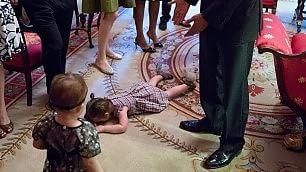 Bimba fa capricci alla Casa Bianca La foto con Obama diventa virale