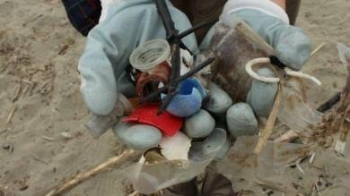 Plastica, tappi e mozziconi La spiaggia diventa una discarica   foto