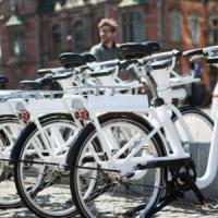 La bici elettrica è condivisa. E lo smog diminuisce