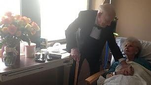 Insieme da 57 anni, la sorpresa del nonno romantico all'amata