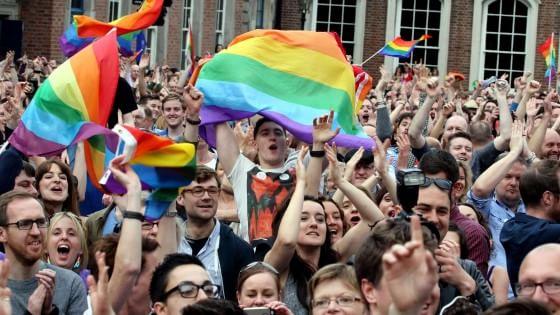 """Nozze gay, Osservatore Romano: """"Sfida per la Chiesa"""". Renzi: unioni civili in aula a luglio"""