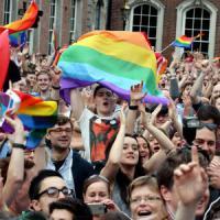 """Nozze gay, Osservatore Romano: """"Sfida per la Chiesa"""". Renzi: unioni civili in aula a..."""