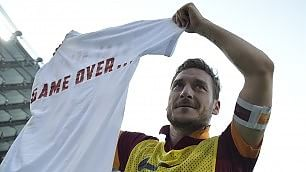 """E Totti sfoggia la maglietta """"game over"""" per Lotito"""