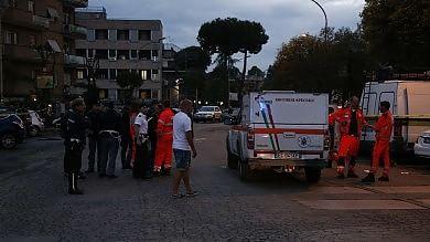 Roma, auto   foto    fugge da polizia  a 180 all'ora e travolge sette persone: morta una donna