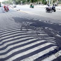 Tragedia caldo in India, si scioglie anche l'asfalto