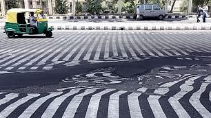 India, tragica ondata di caldo si scioglie anche l'asfalto