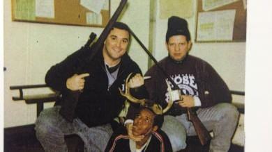 Usa, la foto shock di ex poliziotti: in posa come cacciatori con l'afroamericano