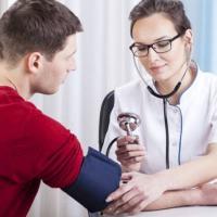 La pressione della caviglia e del braccio svela danni a reni e arterie