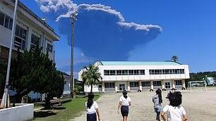 Cenere e fumo, dopo 34 anni si risveglia il vulcano Shindake    vd