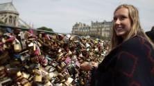 Parigi rimuove 45000 kg di 'lucchetti dell'amore' dal Pont des Arts