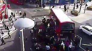 Ciclista finisce sotto il bus I passanti lo sollevano