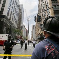 New York, gru si schianta su grattacielo: feriti e disagi