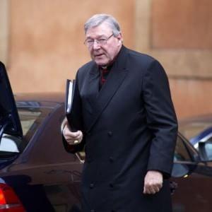 """Pedofilia, inviato del Papa attacca il cardinale Pell: """"Disprezza i bimbi vittime di abusi"""". Il 'ministro dell'economia' vaticana si difende"""