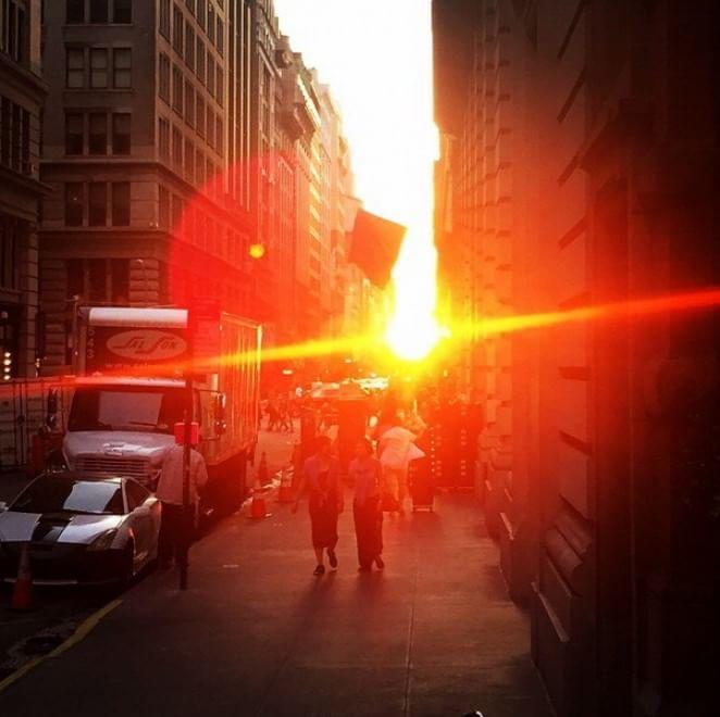 New York si tinge d'oro: spettacolo al tramonto con il ''Manhattanhenge''