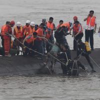 Cina, affonda nave nel fiume Yangzte: centinaia di dispersi. Arrestato il comandante