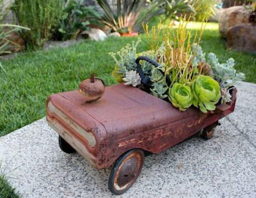 Un letto di fiori gli oggetti quotidiani rivivono in - Oggetti per giardino ...