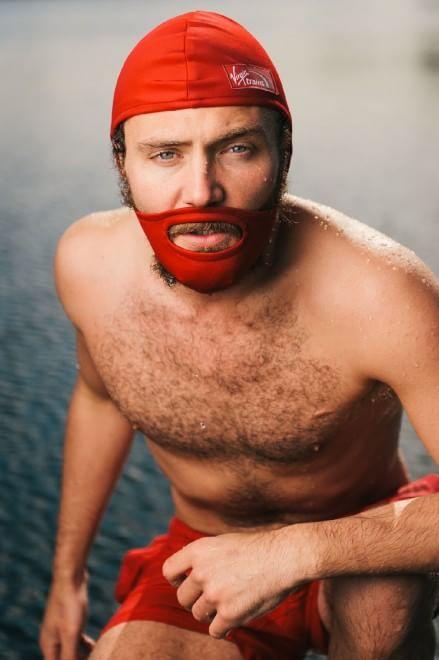 """Nuoto, la cuffia con baffi e barba: lo stile è """"hipster"""""""