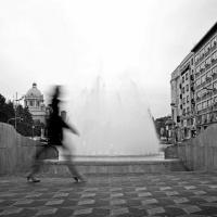 "Un ""fantasma"" per le vie di Belgrado: fotografando l'anima urbana"