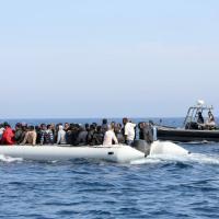Migranti, decine di barconi verso l'Europa: interviene guardia costiera libica
