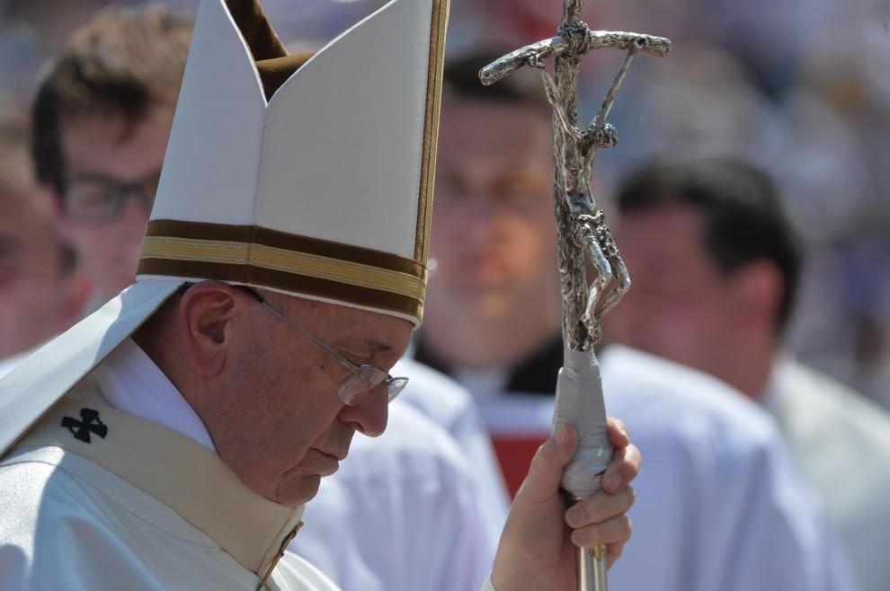 Papa Francesco, il pastorale si rompe: a Sarajevo lo sistemano con lo scotch