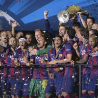 Finale Champions 2015, Xavi alza la coppa per il Barcellona