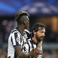 Juventus, l'abbraccio dei tifosi dopo il sogno infranto. Pirlo e Tevez due casi per Marotta