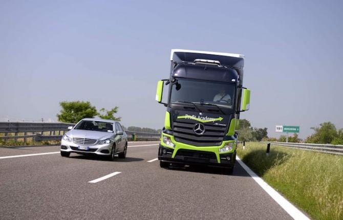 Mercedes i mezzi pesanti diventano più leggeri