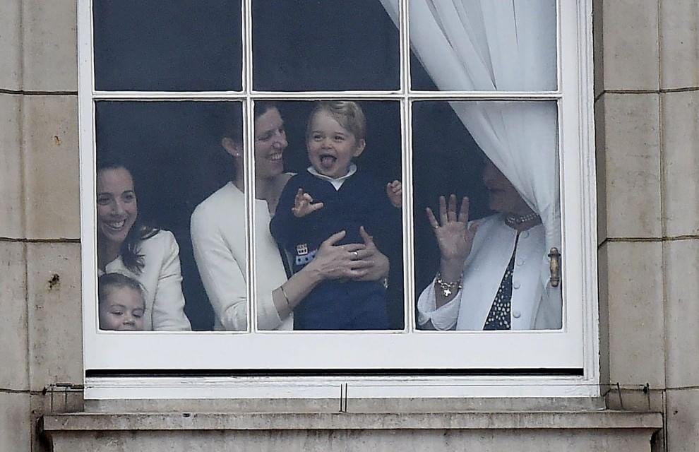 Londra, parata per il compleanno della regina Elisabetta: il principino George si diverte