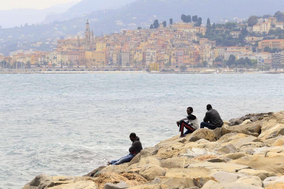 la Francia chiude la frontiera, bivacchi in stazione a Ventimiglia