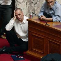 Grecia, Varoufakis a terra: ascolta Tsipras seduto sulla moquette del Parlamento