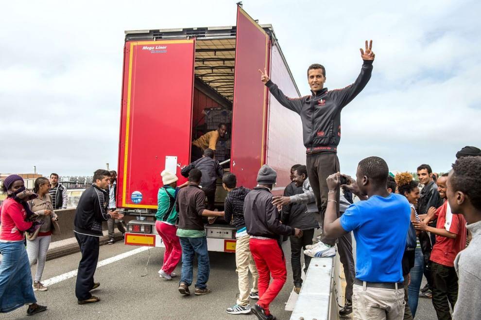 Calais, migranti si rifugiano nel tir: l'intervento della polizia