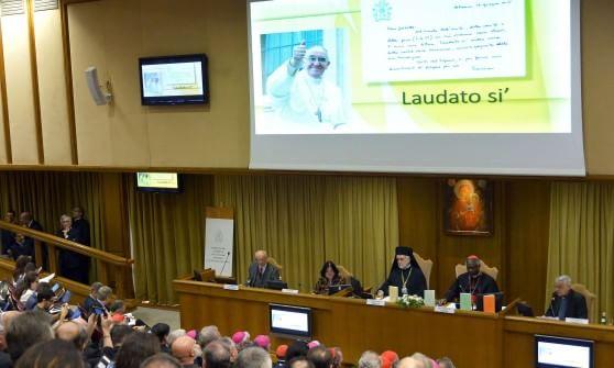 """Enciclica, i comandamenti verdi di Francesco: """"Popolo ha pagato per salvataggio banche"""""""
