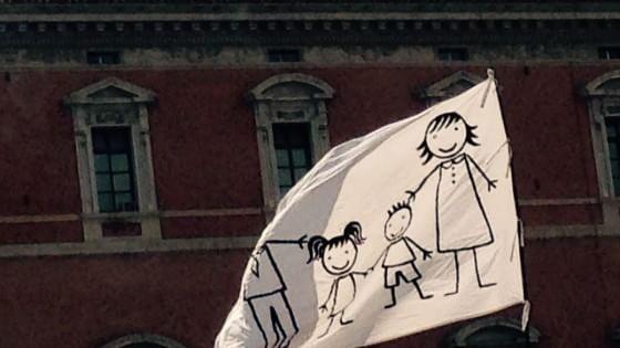 """Family day, in piazza con tanti bambini: """"Siamo qui per difenderli, non li traviate"""""""