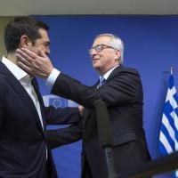 Tsipras a Bruxelles, la carezza di Juncker al premier greco