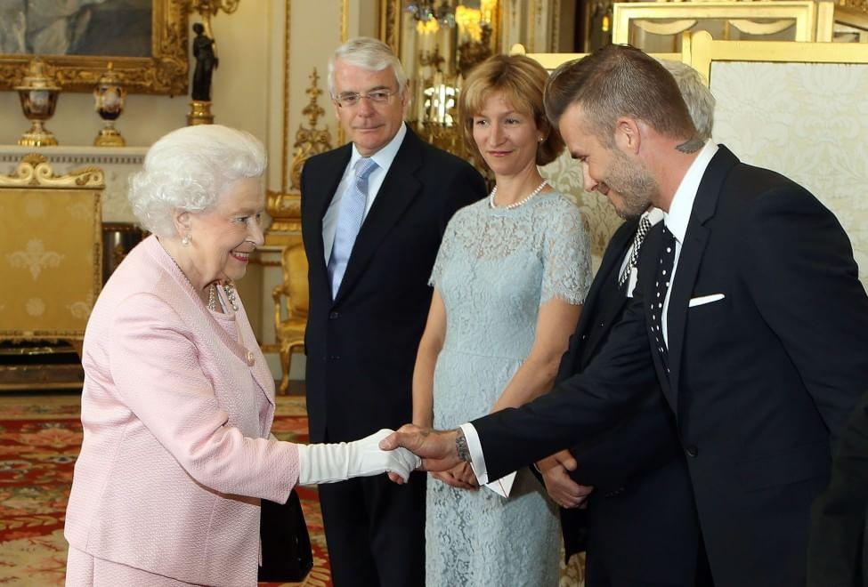 Stretta di mano tra Beckham e la Regina: ''Giovani Leader'' a Buckingham Palace