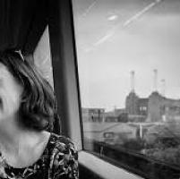 """Paula Hawkins: """"Ecco la mia donna sul treno dei misteri"""""""