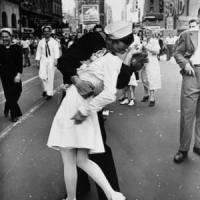"""Quello storico bacio a Times Square: """"Alle 17.51: ma non erano Greta e George"""""""