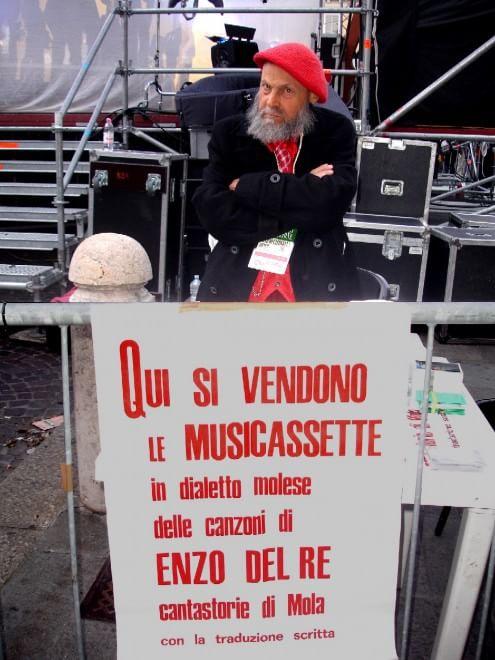 Enzo Del Re, il suonatore di sedie che cantava per i lavoratori