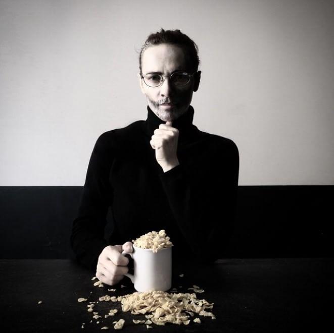 Indovina chi viene a colazione: i mille volti di un'artista, da Steve Jobs a Biancaneve
