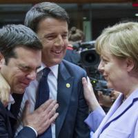 Bruxelles, l'abbraccio tra Renzi e Tsipras durante il vertice Ue