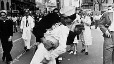 """Quello storico bacio a Times Square """"Alle 17.51: ma non erano Greta e George"""""""