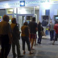 Grecia, corsa ai bancomat: le code sono iniziate nella notte