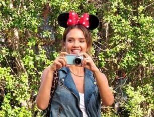 Jessica Alba a Disneyland diventa Minnie