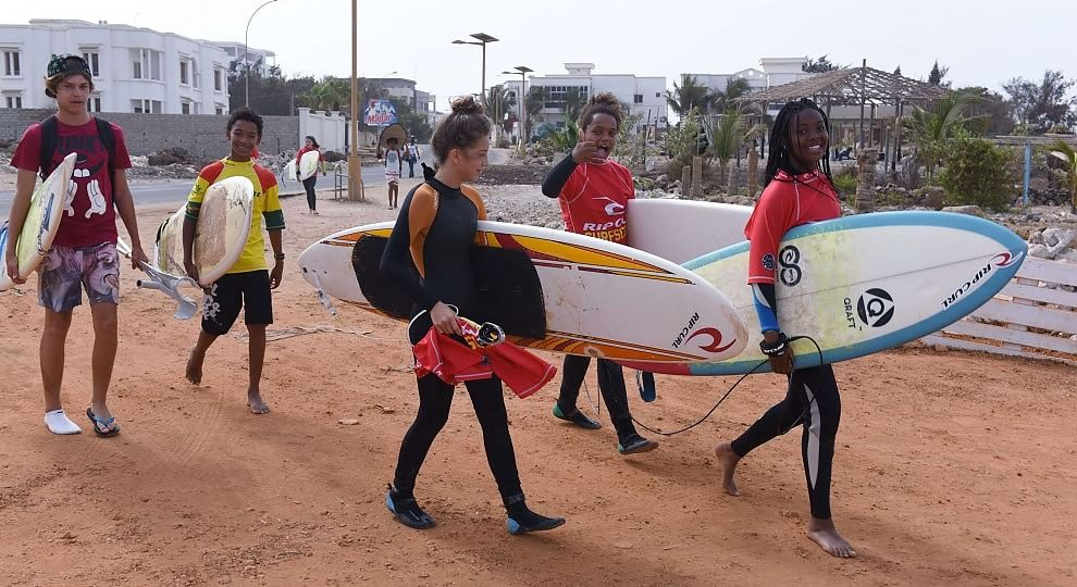 Dakar, tutti a scuola di surf