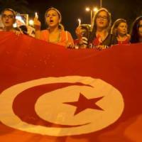 """Tunisia, migliaia in piazza a Sousse contro il terrorismo. Londra: """"Possibili nuovi..."""