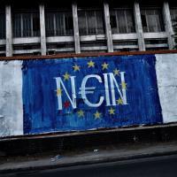 Grecia, referendum austerity: graffiti e striscioni raccontano la crisi
